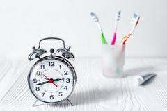 Tempo do despertador escovar os dentes fotografia de stock