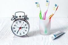 Tempo do despertador escovar os dentes foto de stock royalty free