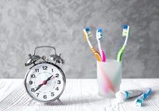 Tempo do despertador escovar os dentes fotografia de stock royalty free