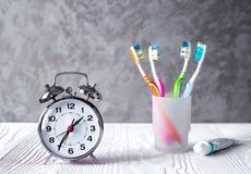 Tempo do despertador escovar os dentes fotos de stock royalty free