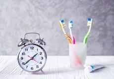 Tempo do despertador escovar os dentes imagem de stock