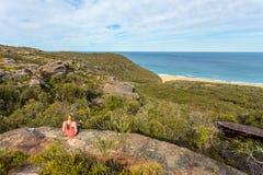 Tempo do fim de semana, relaxando em uma borda rochosa perto do oceano imagens de stock royalty free