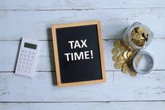 Tempo do imposto escrito em um quadro-negro Imagens de Stock