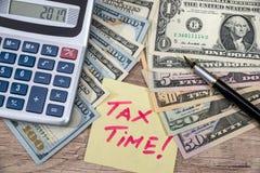 tempo do imposto do tex com calculadora e dinheiro Fotografia de Stock