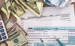 Tempo do imposto - U S declaração de rendimentos 1040 por 2017 anos com pena, dólar Imagens de Stock