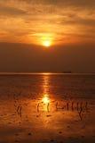 Tempo do nascer do sol da silhueta do mar de Bangpoo, Tailândia Imagens de Stock
