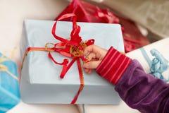 Tempo do Natal - abertura dos presentes Imagem de Stock Royalty Free