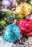 Tempo do Natal Bola e decoração azuis roxas douradas luxuosas do Natal Fita vermelha com Natal feliz do texto imagem de stock