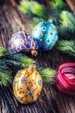 Tempo do Natal Bola e decoração azuis roxas douradas luxuosas do Natal Fita vermelha com Natal feliz do texto fotos de stock