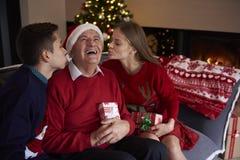 Tempo do Natal com família Fotos de Stock Royalty Free