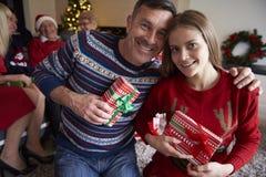 Tempo do Natal com família Fotografia de Stock Royalty Free