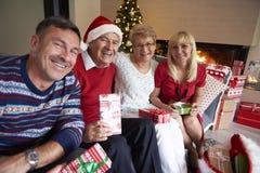 Tempo do Natal com família Foto de Stock Royalty Free