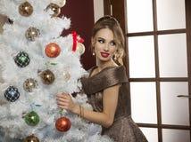 Tempo do Natal da menina elegante fotografia de stock