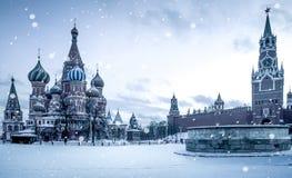 Tempo do Natal em Moscou - neve que cai no quadrado vermelho foto de stock