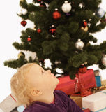Tempo do Natal - miúdo bonito que olha acima Fotografia de Stock