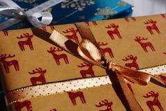 Tempo do Natal! Presente de Natal com as renas vermelhas do brilho imagens de stock