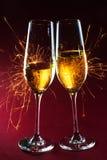 Tempo do partido do ano novo com dois vidros do champanhe e fogos-de-artifício de Foto de Stock Royalty Free