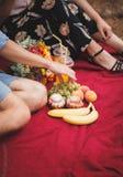 Tempo do piquenique Amor e ternura, datando, romance, conceito do estilo de vida Piquenique - par novo no prado da mola imagem de stock royalty free
