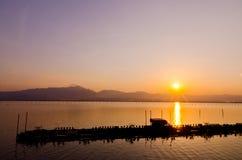 Tempo do por do sol, crepúsculo, alvorecer no lago Imagens de Stock Royalty Free