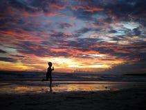 Tempo do por do sol da despesa na praia de Bira, Sulawesi sul, Indonésia, Ásia, curso Fotos de Stock Royalty Free