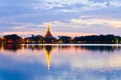 Tempo do por do sol do pagode, crepúsculo, alvorecer no lago Foto de Stock