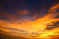 Tempo do por do sol e do nascer do sol, fundo da natureza e área vazia para o texto, amor de sentimento ou fundo romântico na nat Imagens de Stock