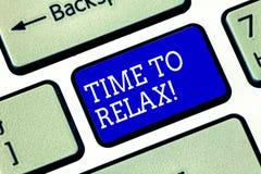 Tempo do texto da escrita relaxar Conceito que significa o momento do abrandamento para uma ruptura da chave de teclado do trabal foto de stock royalty free