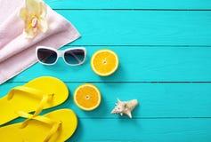 Tempo e acessórios do divertimento do verão no fundo de madeira azul Zombaria acima Laranjas Imagens de Stock