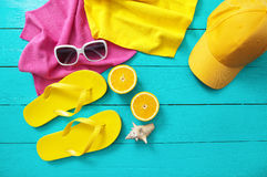Tempo e acessórios do divertimento do verão no fundo de madeira azul Zombaria ascendente e espaço da cópia Foto de Stock