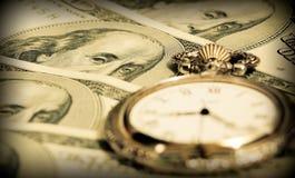 Tempo e concetto dei soldi - valuta degli Stati Uniti della vigilanza di casella Fotografie Stock