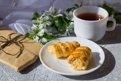 Tempo e felicidade de relaxamento com o copo do chá com entre a flor fresca da mola foto de stock royalty free