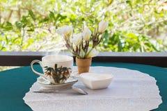 Tempo e felicidade de relaxamento com os dois copos do café preto com s Foto de Stock Royalty Free