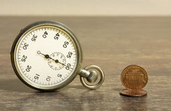 Tempo e monete fotografie stock libere da diritti