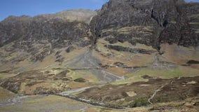 Tempo e montanhas beiautiful BRITÂNICOS do verão de Escócia do vale de Glencoe em montanhas escocesas filme