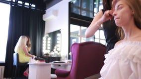 Tempo em um salão de beleza artista de composição e mestre do tratamento de mãos Meninas bonitas filme