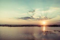 Tempo fantástico do por do sol do lago da montanha foto de stock royalty free