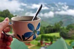 Tempo felice con un Mountain View e della tazza di caffè immagini stock
