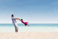 Tempo felice della figlia e del padre alla spiaggia fotografia stock libera da diritti