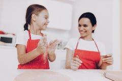 Tempo feliz da menina e da mamã junto Farinha e Fappy imagem de stock