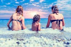 Tempo feliz do feriado na praia fotos de stock