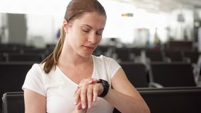 Tempo femminile del traveller check sull'orologio astuto Passeggero della donna tardi per il volo ed il funzionamento verso il po archivi video
