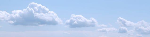 Tempo fine, cielo blu con il tramonto bianco di clouds Immagine Stock Libera da Diritti