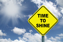 Tempo giallo di splendere il segnale stradale ammonitore Immagine Stock