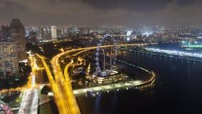 Tempo-lapso aéreo do tráfego da estrada da noite de Singapura video estoque