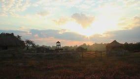 Tempo-lapso, céu acima da exploração agrícola velha no campo Nascer do sol bonito filme
