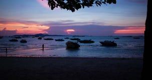 Tempo-lapso da cena do por do sol na praia de Pattaya video estoque