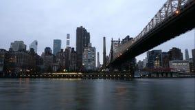 Tempo-lapso da cidade grande - ponte da noite com arranha-céus filme