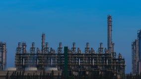 Tempo-lapso da planta industrial da refinaria de petróleo com céu, Tailândia filme
