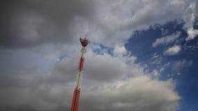 Tempo-lapso da torre das telecomunicações e do céu video estoque