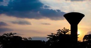 Tempo-lapso da torre de água da silhueta filme